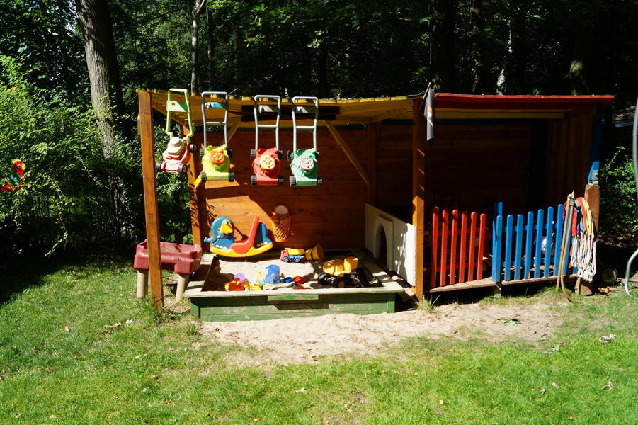 Unser überdachter Sandkasten mit dem Spielhaus.